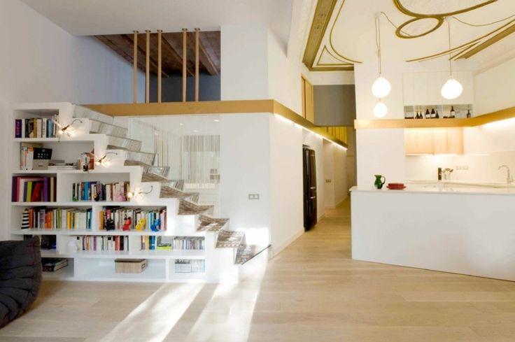 ideen-treppen-nische-minimalistisch-interieur-regal-weiss-offene-kueche-gold-akzente.jpg (750×499)
