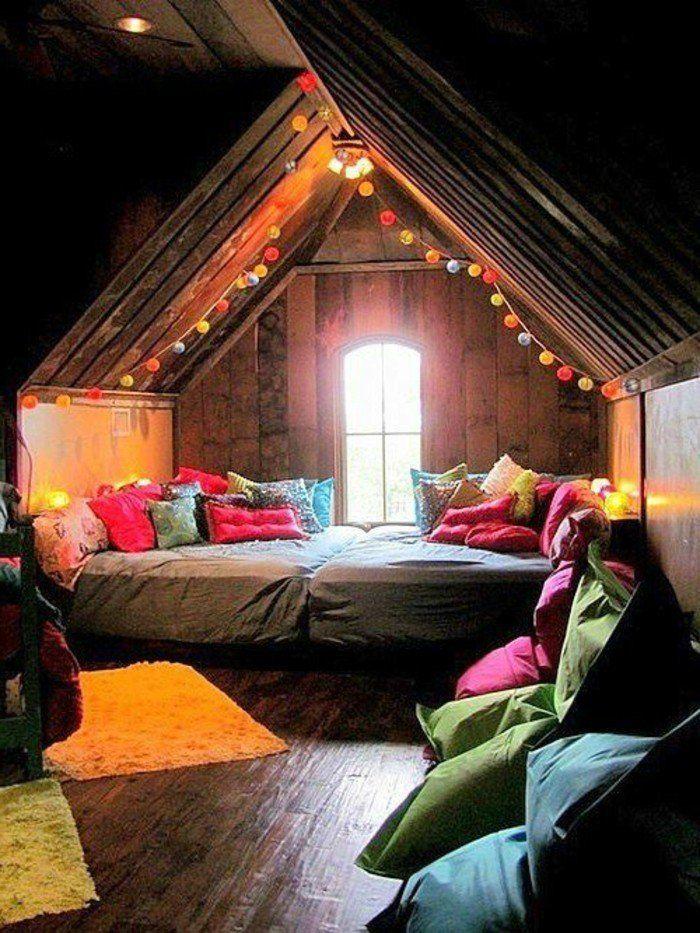 sol en parquet foncé sous pente, petite fenetre, deco interieur chambre ado