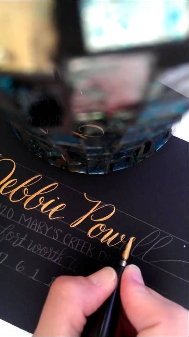 Tipografía dorada a mano alzada. Gold Calligraphy in our Modern Triple Twist Script