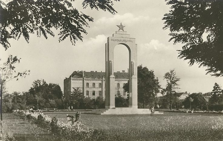 1950-es évek, Ptőfi Liget, '-es iskola, Felszabadulási emlékmű