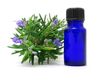 Remède de grand-mère contre la chute des cheveux  Faites chauffer un litre d'eau. Versez-y 50 g de feuilles de romarin. Laissez chauffer pendant 15 minutes sur feu moyen. Laissez refroidir. Filtrez le mélange. Versez l'eau filtrée dans un récipient et ajoutez-y 4 c. à soupe de vinaigre de cidre. Appliquez la lotion après votre shampoing, en massant votre cuir chevelu. Laissez poser 5 minutes. Rincez.