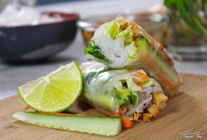 Von mir gibt es zum WELTVEGANTAG auch ein Gericht ganz ohne tierische Produkte. Und zwar Tofu-Sommerrollen. Wer mag, kann den Tofu natürlich jederzeit durch Hähnchenbrust ersetzen.