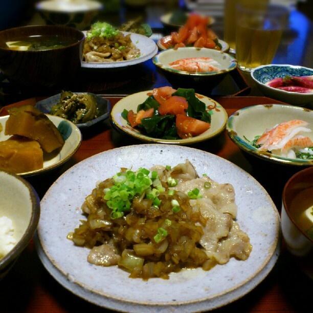 夜ごはん:9/13(木) *豚肉の玉ねぎソース*かぼちゃ煮物*ゴーヤ佃煮*わかめとトマトのサラダ*おかひじきのカニカママヨ*味噌汁(豆腐・わかめ)    玉ねぎの甘さおそるべし。これからの季節いろいろ活躍してくれますねー♪ - @shinozaris- #webstagram