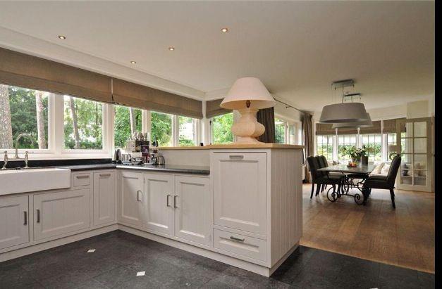 Keuken met tegels en houten vloer Vloeren hout tegel