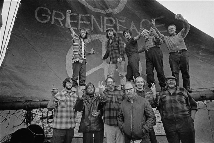L'equipaggio del Phyllis Cormack (anche chiamato Greenpeace), poco prima di partire da Vancouver alla volta dell'isola di Amchitka per fermare i test nucleari degli Stati Uniti. Era il 15 settembre del 1971. In alto da sinistra: Hunter, Moore, Cummings, Metcalfe, Birmingham, Cormack, Darnell, Simmons, Bohlen, Thurston, Fineberg.
