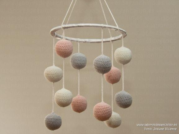 móvil en ganchillo - crochet para bebés, para sus primeros meses de vida. Ayuda al desarrollo sensorial. #movil, #bebe, #bebes, #baby, #ganchillo, #crochet, #amigurumi, #bolitas