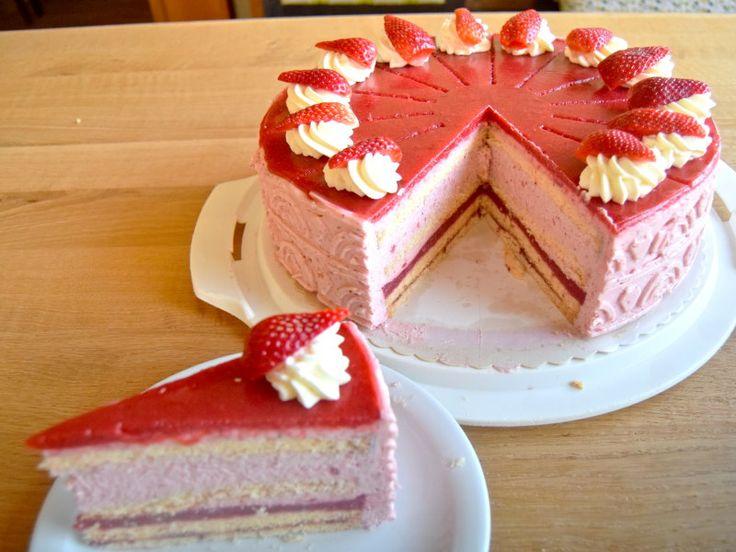 Erdbeer-Sahne-Torte Frische, fruchtige Erdbeeren und eine feine Erdbeer-Sahne-Mousse zwischen lockeren Biskuitböden