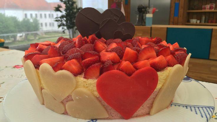 En flot og ny variant af den klassiske jordbærtærte, der udover de friske jordbær, indholder både  jordbærmousse og en hvid chokolademousse.