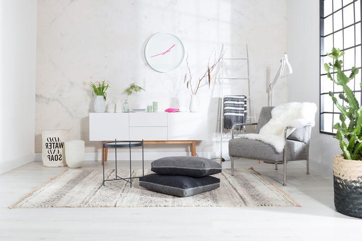 Zuiver kast en stoel- Boer Staphorst | #zuiver #klok #roze #vrolijk #vloerkleed #stoel #plant #kast #ladder Bekijk meer van zuiver op: www.boer-staphorst.nl/zuiver