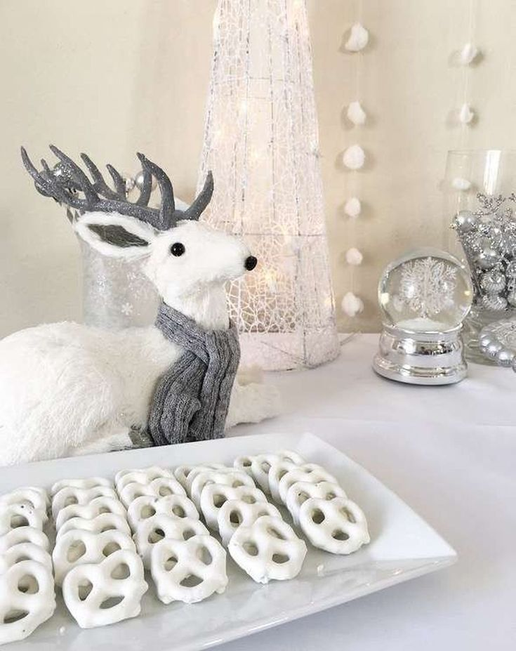 Awesome 45 Cute Winter Baby Shower Decoration Ideas. More at https://homedecorizz.com/2018/01/13/45-cute-winter-baby-shower-decoration-ideas/