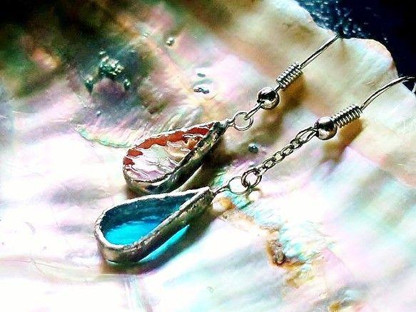 ステンドグラスのガラスで作成したピアスで 天使の涙をイメージしましたガラスのパーツから 手作業でガラスの模様、濃淡が同じものは無い為1点モノですアシンメトリー...|ハンドメイド、手作り、手仕事品の通販・販売・購入ならCreema。