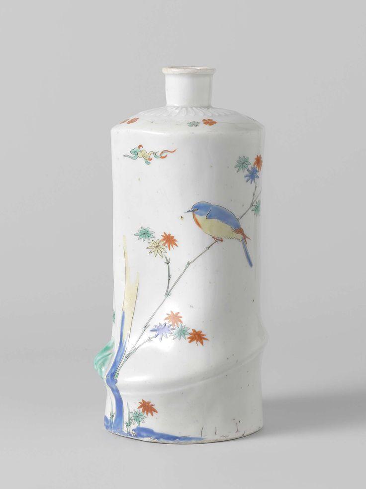 Anonymous | Fles in vorm van stuk bamboe met langs mondopening bladrozet in reliëf. Polychroom beschilderd met bamboe en vogel, Anonymous, c. 1670 - c. 1690 | Sake fles van porselein in de vorm van een stuk bamboe. Rondom de cilindervormige mondopening een bladrozet in reliëf. De fles is beschilderd in blauw, rood, groen, geel en zwart met bamboe, waarop een vogel zit. Kakiemon decor.