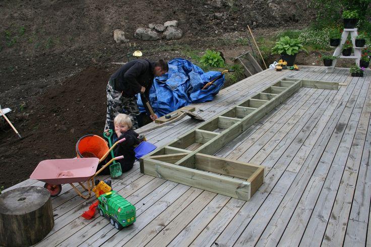Första delen av ramen till trappan klar, behövde bara grävas bort lite med jord...