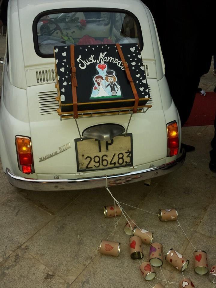this is my wedding car, a 500 fiat of my dear friend; the decorations are handmade by me.  Questa è la mia macchina da sposa, la fiat 500 che mi ha prestato un mio caro amico addobbata con decorazioni che ho realizzato personalmente con materiali di recupero ;)