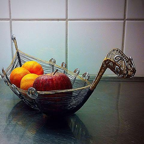 God kväll, blev en stund över för lite pyssel efter en dag med inventering. Fick ihop en vikinga båt skål till i luffarslöjd.#luffarslöjd#luffararbete#ståltråd#trådkonst#wire#art#konst#design#byvaivot#skål#frukt#fruite#viking#sweden#svenskslöjd#hantverk#handmade#handgjord#handycraft#inredningsdetalj