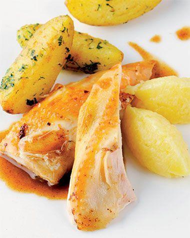 Bereiden:Maak de kip:Verwarm de oven voor op 145°C. Vul de kip met de helft van de ingrediënten. Bind de poten op en kruid langs alle kanten met peper en zout. Smelt de boter in een braadpan en bak de kip goudbruin. Doe de peperbolletjes en de rest van de ingrediënten erbij. Leg een klontje boter op de kip en zet de braadpan 100 minuten in de voorverwarmde oven. Giet elke 10 minuten braadjus over de kip.Maak de aardappelen: