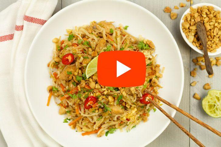 Pad thai recept. Heerlijke gebakken rijst noodles met groenten en kip of garnalen. En niet te vergeten; het zo voor dit gerecht kenmerkende limoentje.