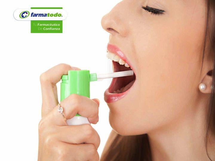 FARMACIAS ¿Cuál es el tratamiento para la faringitis? El tratamiento será en base a conocer si la faringitis es de tipo viral o bacteriana. Se debe hidratar adecuadamente al paciente, usar humidificadores y reposo. Se podrán prescribir analgésicos orales y en spray para calmar el dolor de garganta, antipiréticos para bajar la fiebre, mucolíticos para disminuir la viscosidad del moco faríngeo y lavados con suero salino además de un antiviral o antibiótico según sea el origen de la enfermedad…