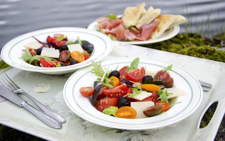 Tynn focaccia sammen med spekeskinke og tomatsalat