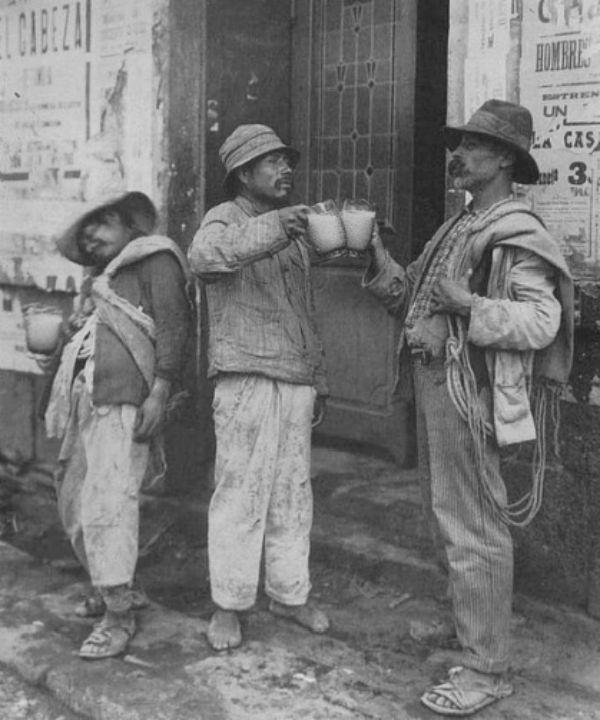 El Brindis - Archivo Casasola Pulque
