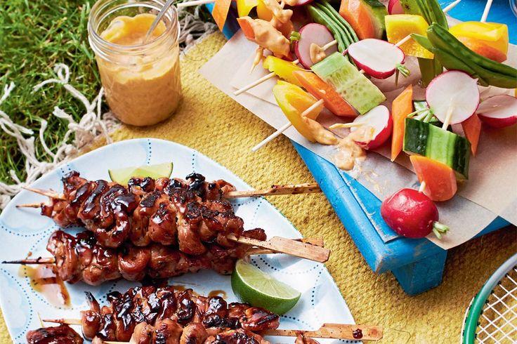 Guten Freunden gibt man ein Spiesschen – am besten mit Teriyaki-Hähnchen oder knackigem Gemüse. Dazu eine runde Erdnussdip springen lassen, und alle freuen
