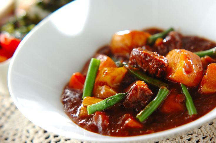 じっくり煮込んだシチューは素材の旨みがたっぷりと出ています!ビーフシチュー/中島 和代/杉本 亜希子のレシピ。[洋食/シチュー・スープ]2013.12.02公開のレシピです。