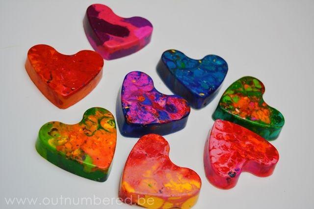 Creatief met kinderen – Zelf waskrijt maken in verschillende kleuren en vormen