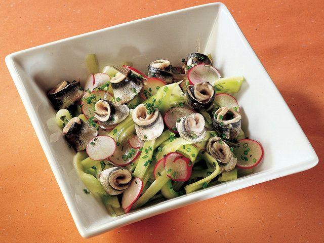 Buharda Pişmiş Sardalya, Salatalık ve Turp Salatası  Bir kapta salatalık, turp, soğan ve zeytinyağını karıştırın. zerine bir tutam tuz ekleyip servis tabağına alın. Balıkları boyuna kesin. İ kısımlarını tuzladıktan sonra derileri dışa gelecek şekilde sarın. Tencerenin dibine haşlama aparatına uygun gelecek kadar su koyun. Su kaynadıktan sonra altına orta ısıya getirip balıkları gruplar halinde birbirine
