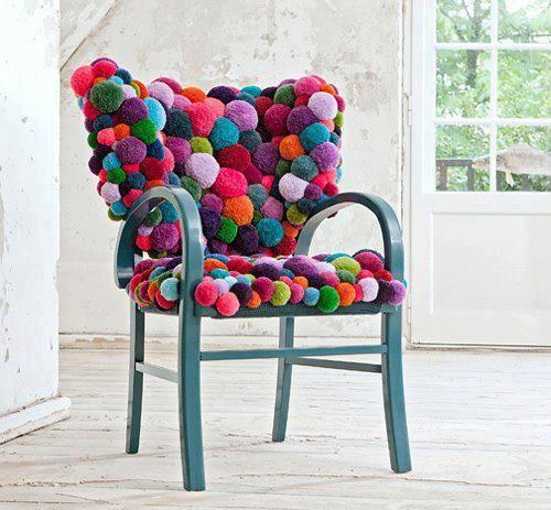 Hoe leuk is dit.. een stoel bekleed met Pompons in alle kleuren van de regenboog. Zelf maken? Kijk voor garen en pompon makers eens op http://www.bijviltenzo.nl