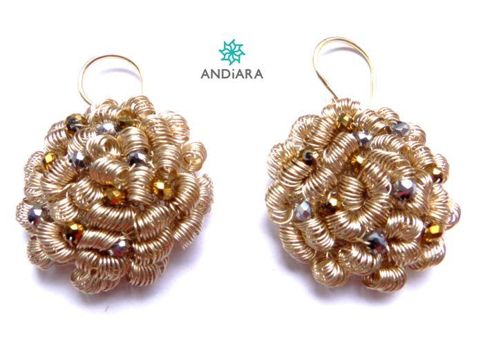 Aretes Espirales Dorados. Hilos bañados en plata en color dorado, muranos checos, accesorios de plata 950