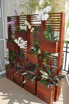 Ótima idéia de painel para deixar escondido o ar condicionado (condensador) que fica na varanda.