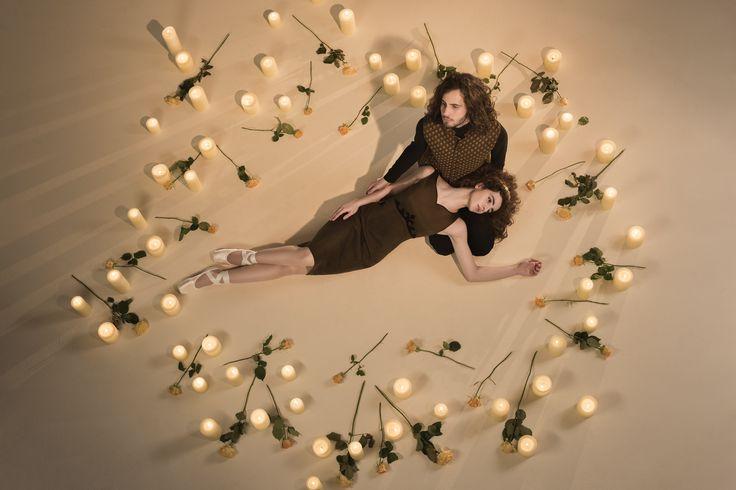 """""""Meines Herzens,  treue Liebe, werd ich schwören, dir meine Liebste,  dich zu lieben,  solange ich lebe!"""" - Romeo & Juliet (William Shakespeare)  Inspiriert von dieser unsterblichen Geschichte und inszeniert durch die Eleganz und Lieblichkeit von Ballet wurde die neue Herbst-Winter Kollektion 17/18 geschaffen und auf Bildern festgehalten.  Aktuell in unseren Stores in Wien, Graz und München erhältlich, sowie bei unseren Partnerhändlern!"""