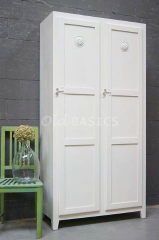 Locker Ives 10122 (wit) - Stoere houten tweedeurs lockerkast. Leuk detail van de kast zijn de ijzeren sloten en ventilatieroosters. Achter beide deuren legplanken. De kast is zeer geschikt voor diverse doeleinden!