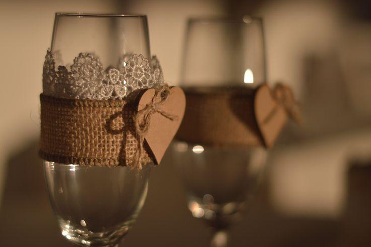 Decoración vintage para las copas de los novios. Salud! www.laboda.com.co