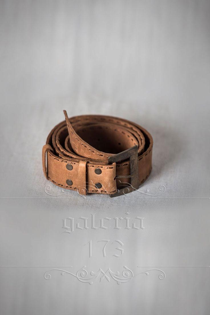 Curea   dama din piele naturala, lucrata manual,   cu catarama antichizata din   metal subtire. Lata de 3,5 cm si groasa de 1,5mm.