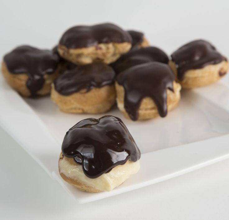 Eclere mici și delicioase, cu aluat fraged și pufos umplute cu cremă de vanilie și glazurate cu ciocolată