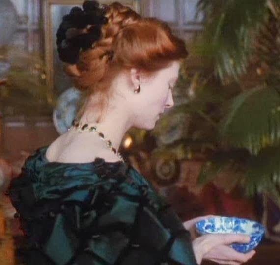 """""""Posteriormente, la protagonista luce atuendos diferentes correspondientes a distintas décadas del siglo XIX."""""""