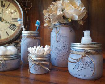 Fait à la main Shabby Chic Mason Jar vanité salle de bain ensembles.  Comprend : -Distributeur de savon -Porte brosse à dents -Support de boule coton -Porte-q Tip Jar - Misc  Peut être fait dans nimporte quelle couleur.