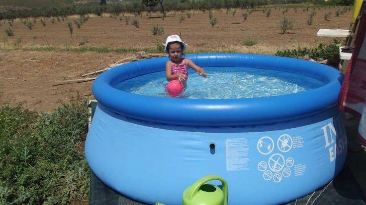 Kızımın bahçedeki havuz keyfi. Büyüklük:  49,6 KB (Kilobyte)
