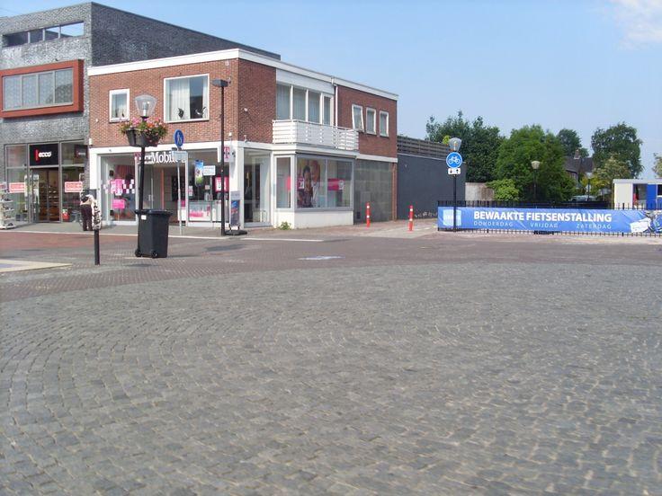 Hoogeveen. De kruising met de Jonkheer de Jongestraat. Hier is nu een (gratis) bewaakte fietsestalling