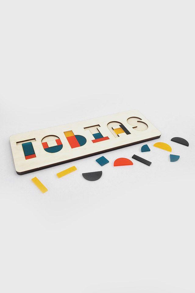Met de naampuzzel geef je een origineel persoonlijk cadeau! Elke letter bestaat uit meerdere stukjes, wat een leuke uitdaging biedt voor het ruimtelijk inzicht van de jonge peuter. U bepaalt zelf welke naam (of woord) er gepuzzeld mag worden. Daarnaast kunt u kiezen uit 4 prachtige kleurencombinaties, geïnspireerd op de 4 jaargetijden (zie foto met overzicht). De naampuzzels worden op bestelling gemaakt door sociale onderneming Crea8, in hun pand aan de Herengracht.