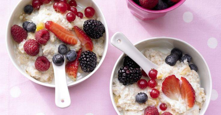 Beeren-Porridge: Powerstart in den Tag und eine Alternative zum Frühstücksbrötchen. Das Beeren-Porridge bietet verschiedenen Beeren und Buchweizengrütze.