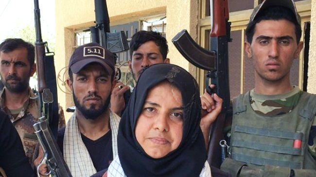 """Wahida Mohamed Al-Jumaily, conocida como Um Hanadi, es una mujer iraquí que se describe a si misma como """"ama de casa. También dice ser una de las personas más temidas por ISIS.  """"Luché contra ellos, les decapité, cociné sus cabezas y quemé sus cuerpos. Todo está documentado. Se puede ver en mi página de Facebook"""".  Um Hanadi está al mando de una milicia de 70 soldados que luchan con un único objetivo: acabar con el Daesh"""