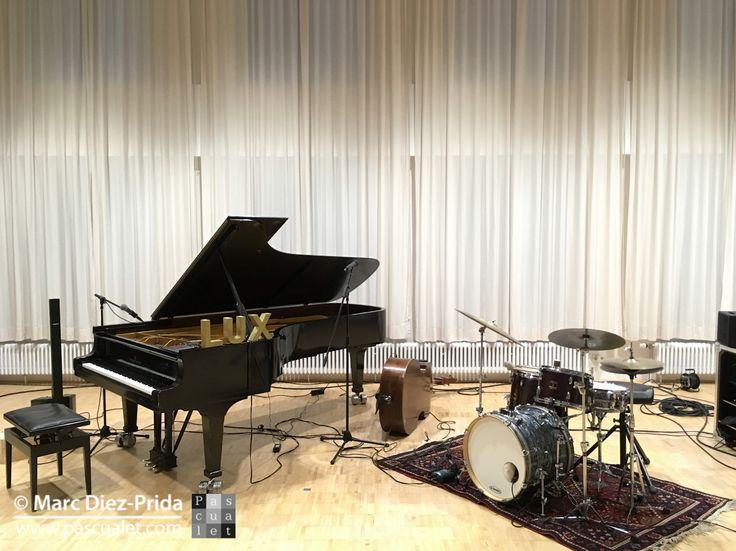 """Im Proberaum der Südwestdeutschen Philharmonie kurz vor der ersten sensationellen Session des """"Trio de Lucs"""" (www.triodelucs.de) bei Jazz Downtown am 6.5.17 in Konstanz [Photo: Marc Diez-Prida @pascualet_mdp] #Bodensee #Flügel #Fluegel #Hörgenuss #Hoergenuss #Jazz #JazzDowntown #Klavier #Konstanz #Kontrabass #Konzert #Kultur #Musik #Piano #Schlagzeug #triodelucs"""