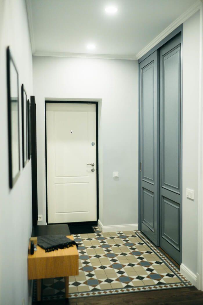 Проект этой двухкомнатной квартиры площадью 50 квадратных метров в старой московской пятиэтажке разрабатывали дизайнеры из студии El Born. Важными задачами были создать легкий, воздушный интерьер и создать изолированное спальное место для гостей, которые могли бы остаться с ночевкой в гостях.Как это получилось у дизайнеров предлагаем вам посмотреть. Далее