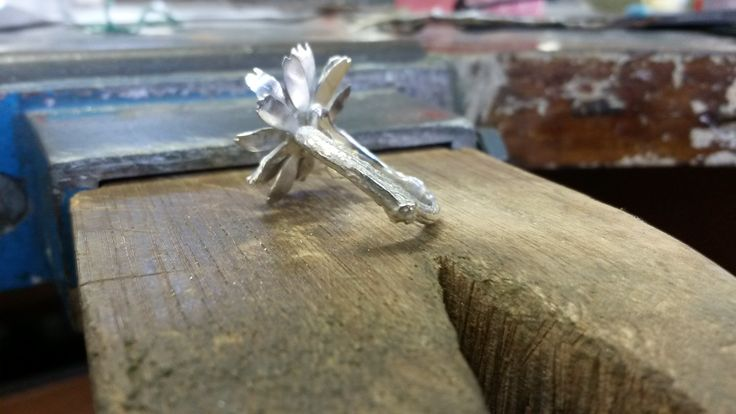 daisy ring with a twig cast shank