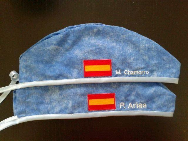 Gorro de quirofano bordado y con aplique de bandera de España. Pedido especial para unos expatriados. www.trucaps.es
