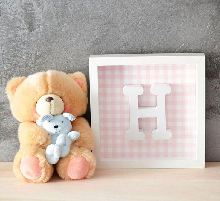 Cuadro con letra en relieve, color rosa con cuadros vichy.  Precio: 25€