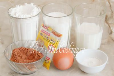 Шаг 1. Для приготовления этих простых и вкусных кексов на пару возьмем пшеничную муку (желательно высшего сорта), молоко, сахарный песок, куриное яйцо среднего размера, несладкий какао-порошок, разрыхлитель теста и щепотку ванилина для аромата (можно заменить чайной ложкой ванильного сахара)