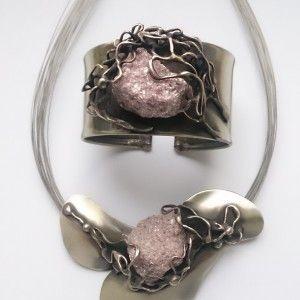 Oryginalny komplet biżuterii satynowanej z naturalnym lepidolitem. W całości wykonany ręcznie z alpaki połączonej z miedzią. Naszyjnik zawieszony jest na stalowych linkach o długości 46 cm.